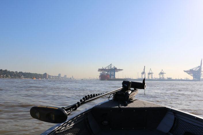 Hamburger Hafen fotografiert über die Bugspitze des Angelboots