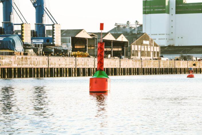 Fahrwasser-Markierung im Hamburger Hafen